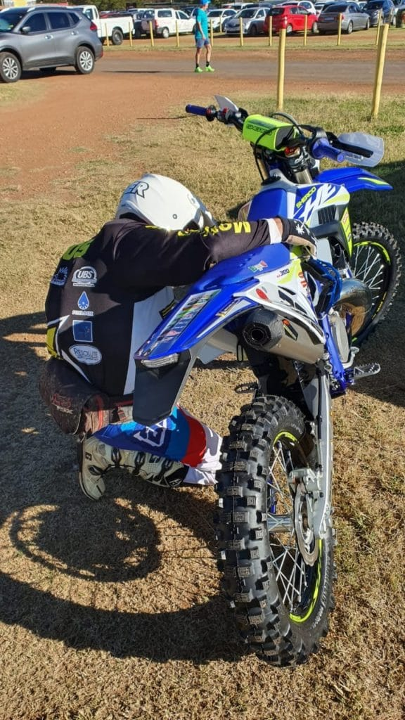 how to warm up a 2 stroke dirt bike engine