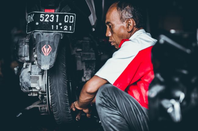 how to use a motorcycle tire changer